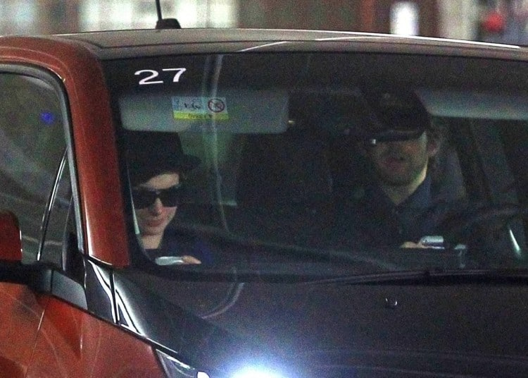 People : Anne Hathaway roule en BMW i3 Orange