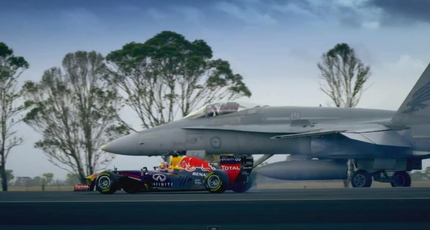 Duel : F1 Red Bull RB7 vs. Avion de chasse F/A-18